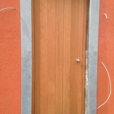 Voordeur in onbehandelde ceder
