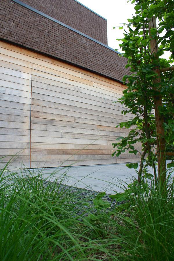 Massieve houten Sima sectionaal poort met zijdelingse uitbekleding.