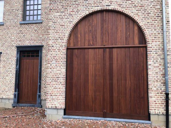 Massieve poort met vast bovenpaneel, voordeur en zijdeur in afromosia.