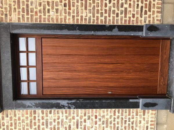 Voordeur in afromosia met vast bovenpaneel
